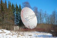 Радиотелескоп обсерватории Pulkovo астрономической, солнечный день антенны в феврале святой petersburg Стоковая Фотография