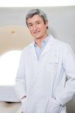 Радиолог стоя с руками в карманн Стоковое Фото
