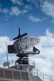 Радиолокатор раннего предупреждения установленный на сером фрегате Стоковые Фото