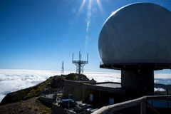 Радиолокационная станция противовоздушнаяа оборона на Pico делает Arieiro, на 1.818 m высокий, самая высокая вершина ` s третьего стоковое изображение rf