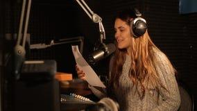 Радио DJ читает новости в студии широковещания видеоматериал