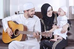 Радостная ближневосточная семья играя гитару Стоковая Фотография RF