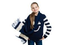 Радостная девушка в свитере и шарфе представляя в студии Летание шарфа в ветре стоковая фотография rf