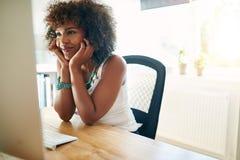 Радостная девушка на настольном компьютере Стоковое Фото