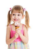 Радостная девушка ребенка при изолированное мороженое Стоковые Фото