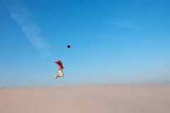 Радостная девушка, скачки блондинкы усладила путешествием Стоковое Изображение RF