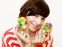 Радостная женщина держа 2 красочных пасхального яйца стоковое фото