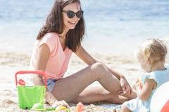 Радостная мать играя вместе с ее ребенк стоковая фотография