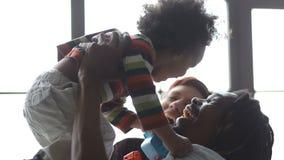 Радостная межрасовая семья и сын lounging дома сток-видео
