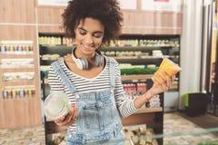 Радостная молодая женщина выбирает еду стоковое изображение