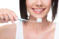 Радостная молодая женщина с зубной щеткой и затиром Стоковые Фото