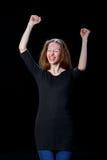 Радостная молодая рыжеволосая девушка подняла ее руки вверх Стоковая Фотография