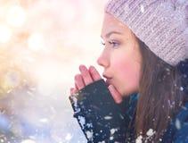 Радостная подростковая модельная девушка имея потеху в парке зимы Стоковая Фотография