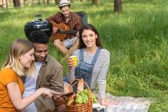 Радостное молодые люди отдыхая в природе Стоковые Фото