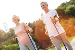 Радостные активные люди идя вдоль трассы Стоковое фото RF