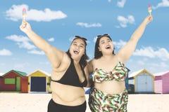 Радостные брюзгливые женщины на побережье Стоковая Фотография RF