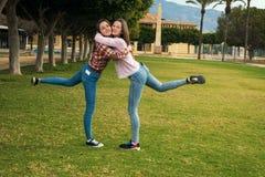 Радостные девушки в парке Стоковые Изображения