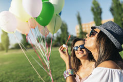 Радостные девушки имея потеху в парке Стоковые Фотографии RF