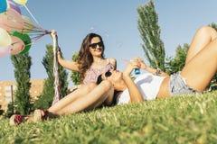 Радостные девушки имея потеху в парке Стоковое Изображение