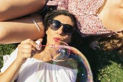 Радостные девушки имея потеху в парке Стоковое Фото