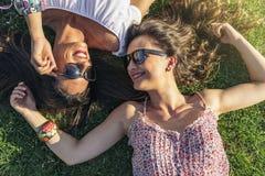 Радостные девушки имея потеху в парке Стоковые Изображения