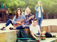 Радостные девушки и мальчики с музыкальными инструментами стоковая фотография rf