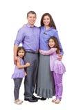 Радостные и любящие смешанные стойка и улыбка семьи Стоковые Изображения