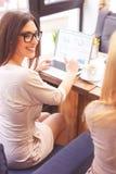 Радостные коммерсантки работая в сотрудничестве Стоковое Изображение RF