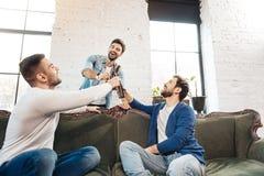 Радостные красивые люди выпивая пиво Стоковое Изображение