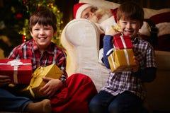 Радостные мальчики стоковое изображение