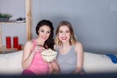 Радостные молодые женщины имея потеху совместно Стоковое Изображение