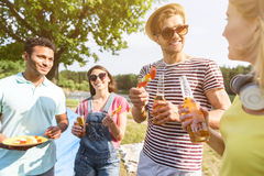 Радостные парни и девушки наслаждаясь свежими продуктами Стоковое Изображение RF