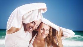Радостные пары на пляже Стоковая Фотография