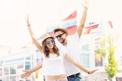Радостные пары представляя к камере в городе Стоковое Изображение