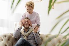Радостные пожененные пары наслаждаясь временем совместно Стоковое Фото