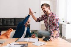 Радостные положительные люди находясь в большом настроении Стоковая Фотография