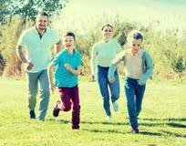 Радостные родители с детьми внешними Стоковое Изображение RF