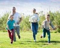 Радостные родители с детьми внешними Стоковая Фотография RF