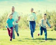 Радостные родители с детьми внешними Стоковые Изображения