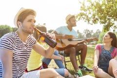 Радостные 4 друз отдыхая в природе Стоковое Изображение