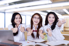 Радостные студенты дают большие пальцы руки вверх на камере Стоковые Изображения RF