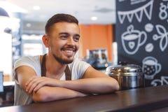 Радостный бармен с пересеченным положением оружий стоковая фотография rf