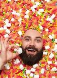 Радостный бородатый человек держа зефир Стоковые Изображения RF