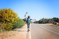 Радостный бородатый человек с рюкзаком путешествует путешествовать Стоковая Фотография