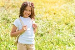 Радостный женский ребенк идя на злаковик с рюкзаком Стоковое Изображение RF