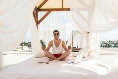 Радостный моложавый бородатый человек развлекая на пляже лета Стоковая Фотография