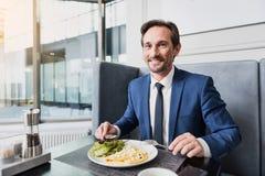 Радостный мужской менеджер имея обед в кафе Стоковая Фотография RF