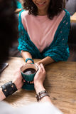 Радостный наслаждаться человека и женщины теплый горячего питья Стоковые Фотографии RF