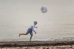Радостный он †вечера «играя шарик Стоковые Изображения