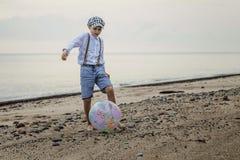 Радостный он †вечера «играя шарик Стоковое Изображение RF